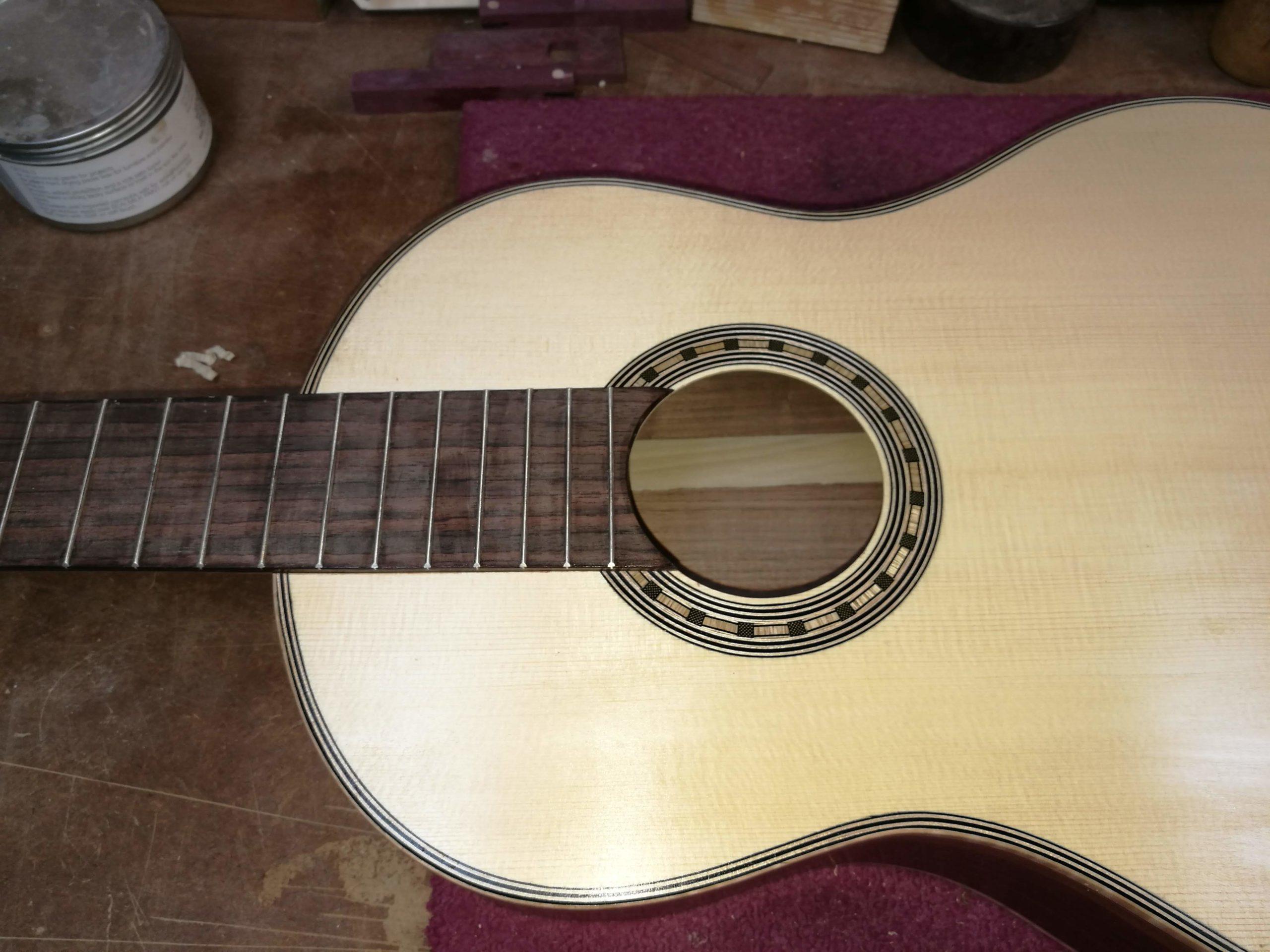 נגרות בהתאמה אישית - ייצור גיטרה - רסטורנו